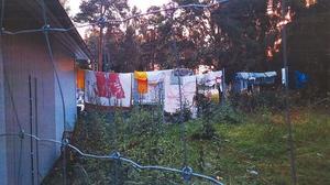 Gruppen med EU-migranter klipper ibland sönder stängslen för att kunna hänga ut sin tvätt.