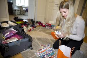 Snart resklar. Hanna Centerskog packar inför sin resa till Lesbos där hon ska arbeta som volontär.Foto: Kenneth Hudd