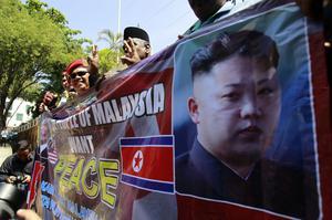 Protester utanför Nordkoreas ambassad i Kuala Lumpur, Malaysia. Spänningarna mellan länderna har ökat sedan lönnmordet på Kim Jong-Nam.