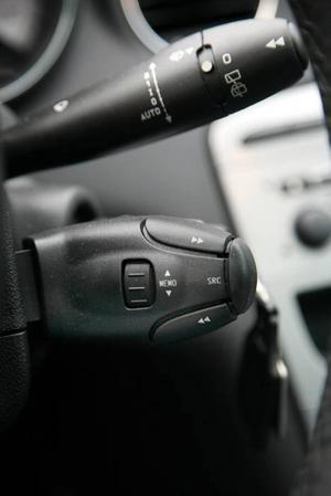 Typiskt franskt - ett litet paket på rattstången varifrån du styr radion.