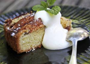 Bildtext 5: Kryddig äppelkaka med vaniljsås är snudd på ett måste så här års.   Foto: Dan Strandqvist/TT