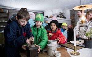 Marley Johansson, Ludvig Uppling och Orlando Nguyen testar på att mala kaffe med kvarn.