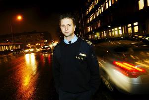 Kenneth Bergqvist, polisområdeschef Västernorrland säger att det är ovanligt att en polis stängs av under en utredning.