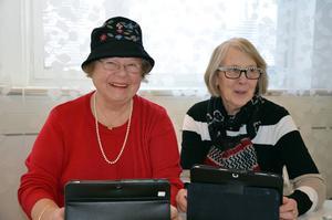 Sonia Ahlinder och Anja Rudström fick hjälp att ladda ner tidningsappar.