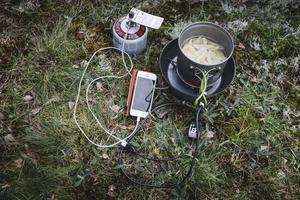 Laddkastrullen fungerar bra när man väl brassar på och kokar vatten. Men eftersom man gärna spar på bränsle i campingköket och inte kokar särskilt länge hinner det inte bli så stor skillnad på batteristatusen innan maten är klar.