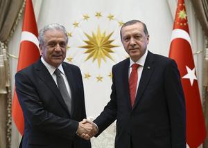 EU:s flyktingkommissionär Dimitris Avramopoulos skakar hand med Turkiets president Recep Erdogan.