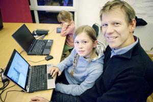 Vida Hägglund och pappa Pär tyckte att det var spännande att skapa egna spel på datorn.