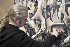 Rolfcarlwerner vid sin tribute-målning till den tidiga black metal-musiken. Populärkulturen, som musik, tv-spel, science fiction och filmer inspirerar liksom naturens former.