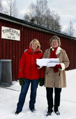 Erika Öhrnbom och Jannie Håkonsen från föreningen Tomtarna är glada över att ha fått bygglov. Nu ska föreningshuset vid dansbanan i Skatan äntligen byggas ut.