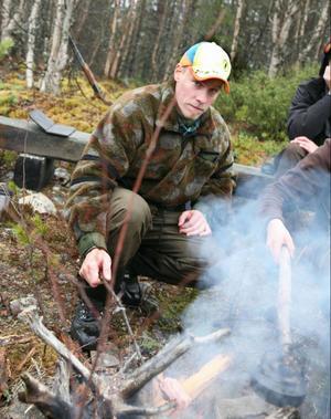 Anders Nilsson, jaktlärare vid Dille Gård passade på att grilla sig lite fläsk.