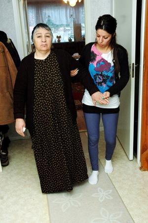 STÖD. Ida Moussa får hjälp av dottern Manal när hon ska gå. Ida är vinglig på benen som en svit av hjärntumören. Nu kan Ida även få stöd av den patientförening som bildats i Göteborg.