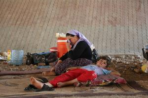 En kvinna och hennes son på flykt undan terrorgruppen Isis i norra Irak.