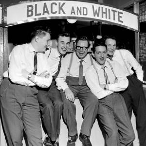 En samlang glada Borlängebor fångade i revysammanhang 1958. På bilden syns Birger Åström, Hans Westerberg, John Hedeén, Anders