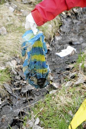 Maja Bengtsson drar upp en gammal smutsig plastpåse ur det blöta diket.