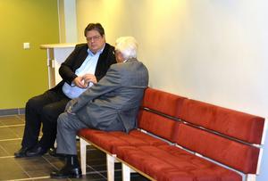 Barnens advokat, Patrik Adersteg, och boutredningsman Bengt Sörman i samtal under rättens överläggning med andra parten.