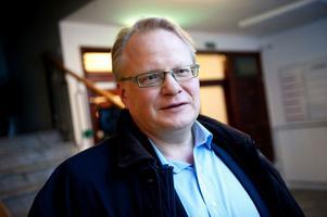 Peter Hultqvist är försiktigt positiv till regeringens löften om infrastrukturpengar. Men han ser brister. Den 13 september ska han debattera saken i riksdagen med infrastrukturminister Catharina Elmsäter Svärd.