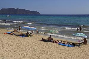 En ganska glest befolkad badstrand på Mallorca under förra sommaren. Men i år trycket hårdare på ön.