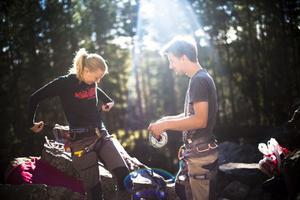 Syskonen Johanna och Joacim Embretzén ser ingen anledning att inte utmana sig själva genom klättring.