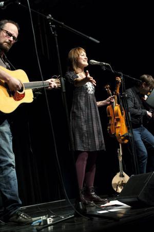 Ian Carr på gitarr, Sofia Sandén på sång och fiol och Anders Nygårds på fiol och mandolin.