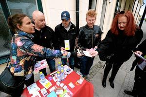 Resecentrum. Zandra Edwardsson, Örjan Kullh, Jörgen Johansson och Gert Andersson delar ut informationsblad till Sonja Sundelin som hade vägarna förbi.