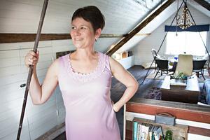 Anna-Karin Hall brinner för återbruk och hon har inrett det gamla båthuset genom att återanvända gamla saker.