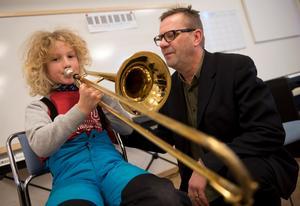 Sonny Espling visar Hampus Karlsson hur en trombon ska trakteras.
