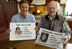 Emil Källström tillsammans med Thorbjörn Fälldin i det riksbekanta köket i Ås inför valet 2014.