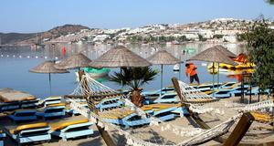 Många hotell i Turkiet och Thailand utnyttjar sin arbetskraft, enligt en ny undersökning.