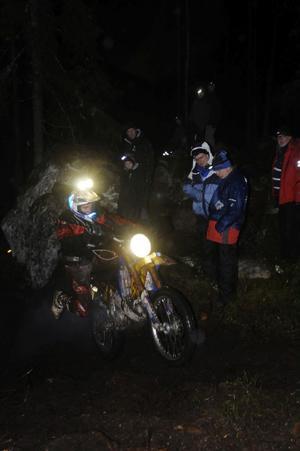 Martin Larsson höll farten hela långa natten i krävande terräng i Faluskogarna.Foto: Inge Bergqvist/Race MC-Sport.