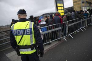 Migrationsverket samarbetar med polisen för att verkställa utvisningarna.