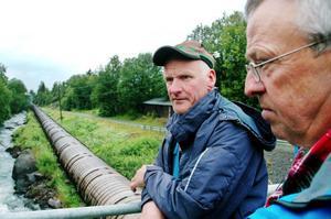 Hans-Erik Andersson och Karl-Ivar Olsson, ordförande och sekreterare i Storsjön-Bergs fiskevårdsområdesförening, vill att det byggs en fisketrappa i samband med att Jämtkraft bygger nytt kraftverk i Billstaån. Foto: Sandra Högman