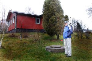 Stig Oscarsson i Västanvik på Rådmansö önskar sig besked om när det blir aktuellt med kommunalt vatten- och avlopp.