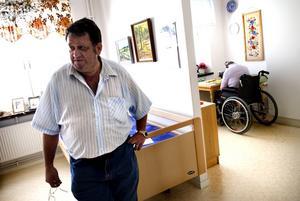Tillbaka på servicehuset. I två veckor låg den 74-årige mannen med benet brutet på två ställen utan att det upptäcktes. I går återvände han nyopererad till Lustigknopp i rullstol. – Han är glad att vara tillbaka, säger hans assistent Berndt Nilsson.
