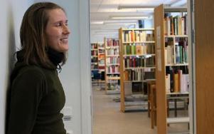 Det är en myt att ungdomar inte läser böcker, säger Annika Jansson, lärare i svenska.-- Men de läser långsammare och är inte lika uthålliga.Långsamt tempo kan också betyda svårigheter att minnas läsningen.Foto: KLARA GRÖNDAHL