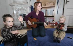 På förskolan Fiolen i Edsbyn är det mycket sång och musik. När barnen är fem år får det även en mer systematisk undervisning i fiolspel i genom musikskolans försorg. Här spelar Edvin, förskoleläraren Karin Merithäti en glad låt.