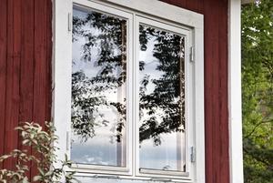 Stora fönster att se ut på sjön från.