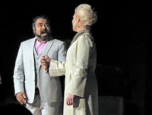 Gävleoperans supé bjöd på en duett mellan Matilda Orrling och John Haque. Foto: Camilla Dal