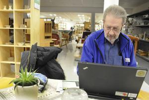 Kent Jonelind tar en stund vid datorn. Bland annat har Röda Korset Hudiksvall en Facebooksida som uppdateras dagligen.
