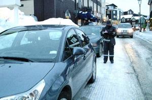 En lång rad felparkerade bilar mötte lapplisan på Årevägen väster om torget i Åre i torsdags. Där har man tidigare kunnat stå och att det nu var förbjudet var det få som insåg.  Foto: Elisabet Rydell-Janson