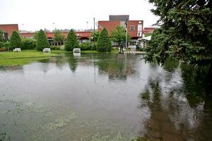 Brunnarna på stan fylldes och Maj i Strykjärnsparken kunde se ut över en vattenspegel