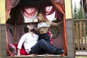 Carmen förför med sin sång. Hannah Körner spelar den zigenska kvinnan som väcker glöd hos unge don José.