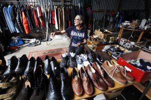 Skor och kläder är helt nytt. Margareta Buchanan hoppas få alltihop sålt.