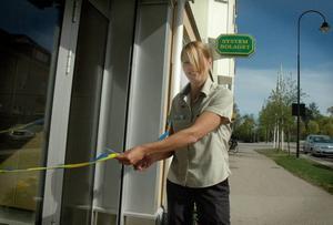 INVIGNING. Butikschefen Ewa Borglund klipper bandet till det nya systembolaget  i Ockelbo.