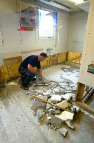 Snickare Patrik Lindström jobbar med att få ordning i lokalerna så att barnen kan flytta in igen.