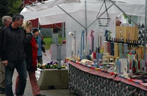 Hantverk. Försäljning av hantverk var ett av inslagen på torgmarknaden i Garpenberg.