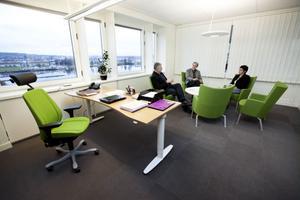 Måndagsmöte hos direktören. Anders L Johansson överlägger med Christer Nylén och Margareta Berglund Rödén.