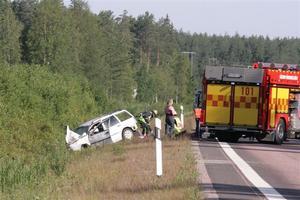 En av bilarna i olyckan hamnade i diket.