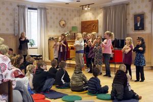 Innan trollerishowen startade sjöng Klockarekörens yngre tjejer några låtar.