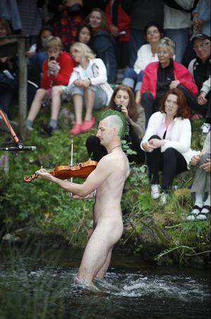– Det är inga problem med mygg eftersom näcken inte har något blod, säger Johan Trollin som deltog i tävlingen för första gången och uppgav att han aldrig tidigare spelat fiol naken inför stor publik.