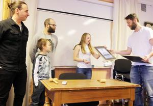 Linn Larsson och snowboarklubben Snowboardklubben tilldelades de första stipendierna från Michael Larssons stiftelse för duktiga idrottsutövare.